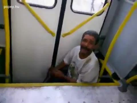 Zenész a buszon