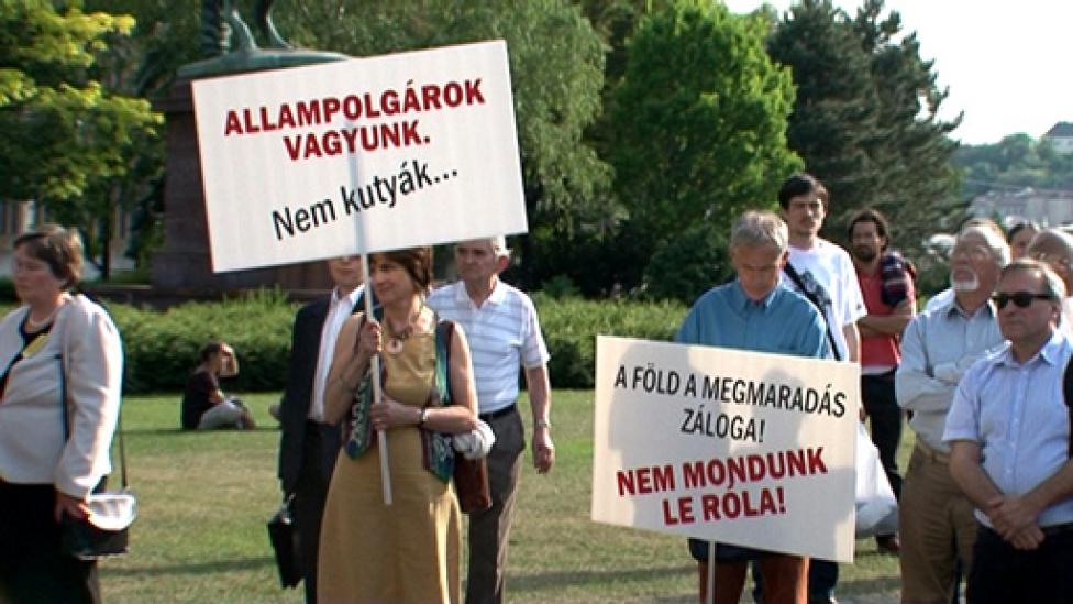 Gazdák, diákok és szimpatizánsok tüntettek az ex-államtitkár mellett