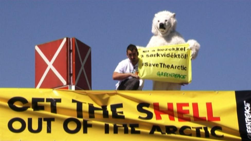 Benzinkút tetején tüntettek a környezetvédők