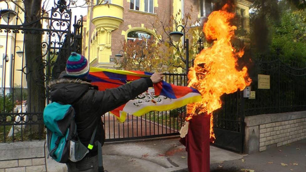 Lángoló bábuval tüntettek Tibetért
