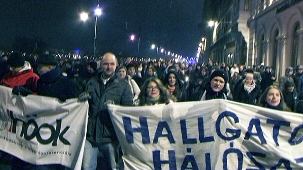 Piócaként csüngtek a pártok a tüntető hallgatókon