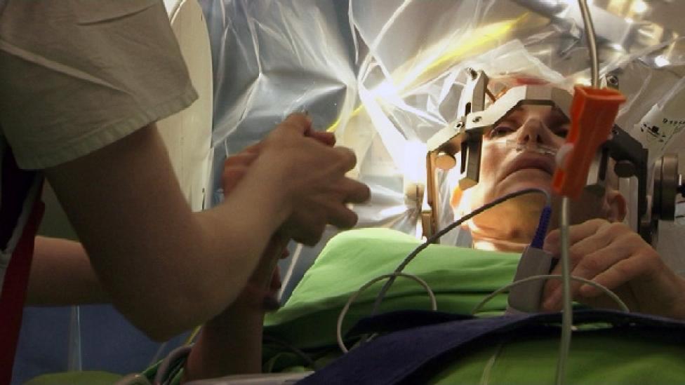 Beszélgetés agyműtét közben