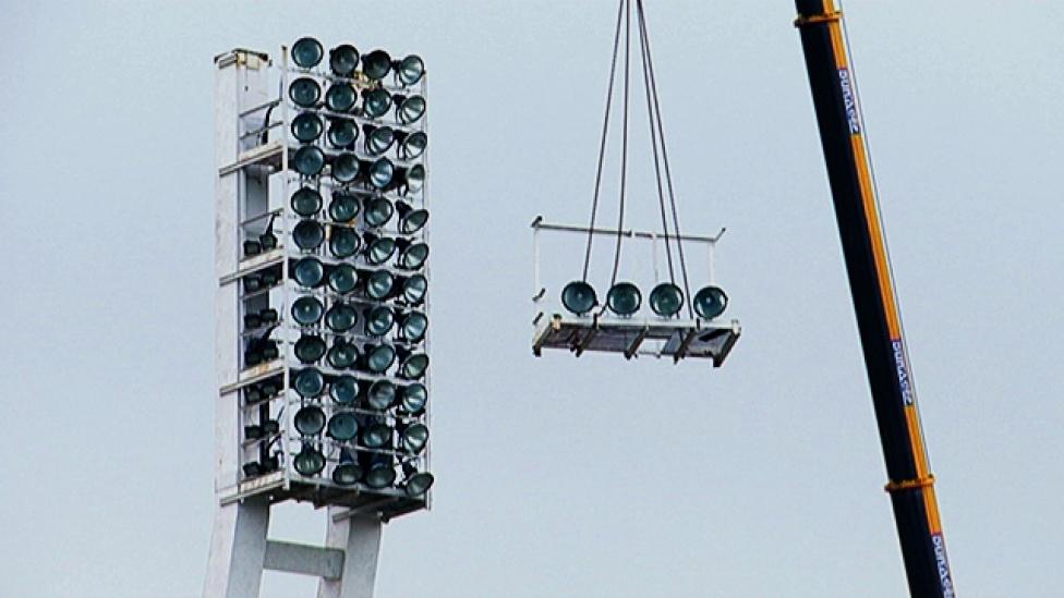 Bontják az FTC-stadion lámpapilonját