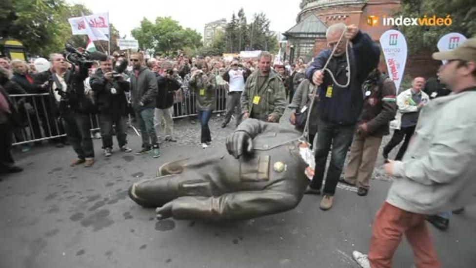 Így dőlt le Orbán szobra