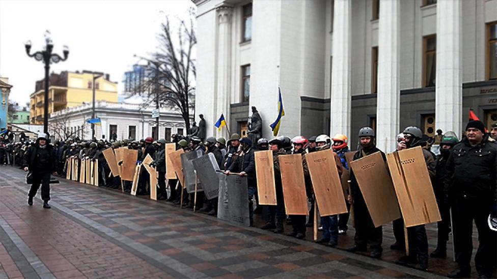 Steampunk hadsereg védi az ukrán parlamentet