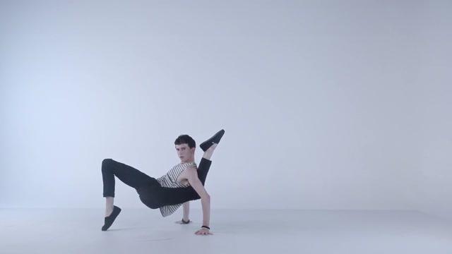 Bámulatos táncmozdulatok egy hajlékony sráctól