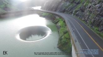 Drónnal az óriás víznyelő felett